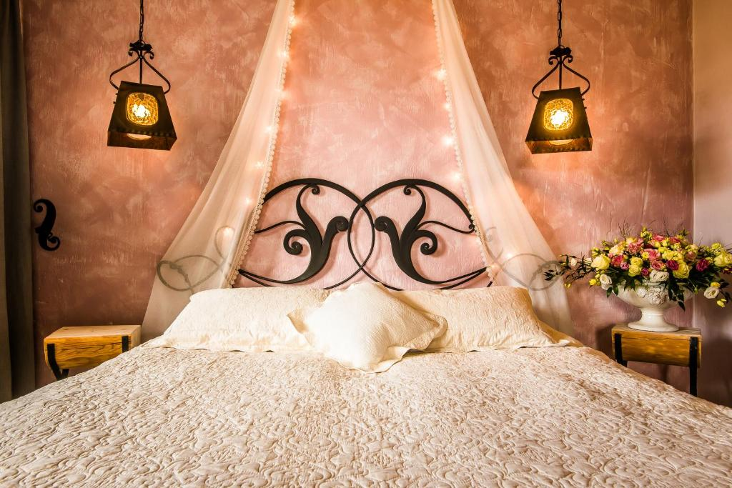 A bed or beds in a room at Villa Toscana Boutique
