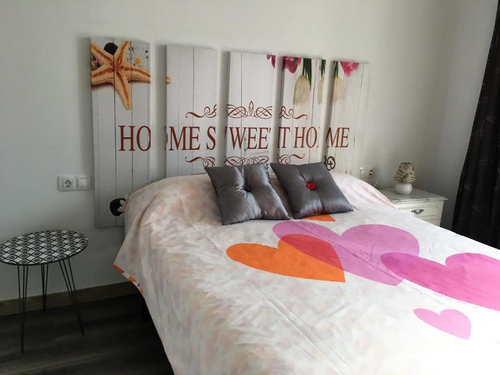 A bed or beds in a room at Oak House , chalet 6 dormitorios,4 baños y pequeño jardin