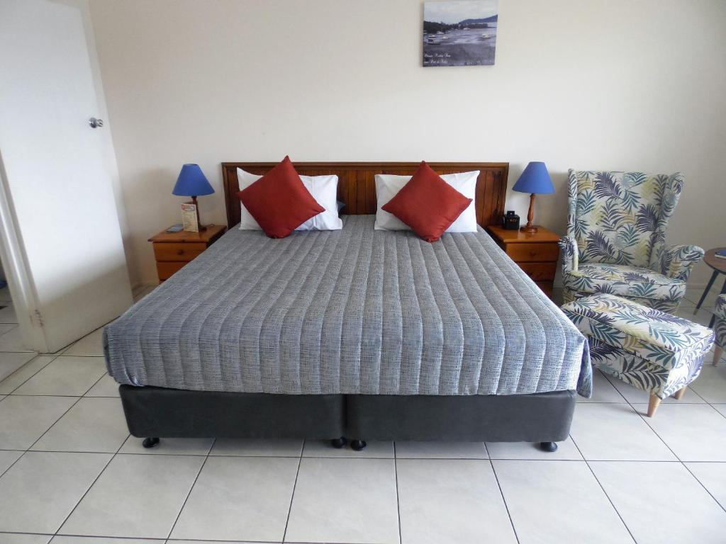 A bed or beds in a room at Airlie Court Units