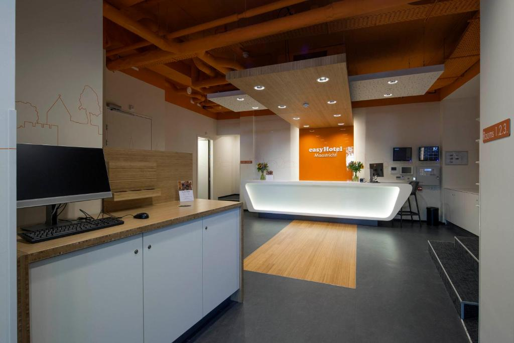 A kitchen or kitchenette at easyHotel Maastricht City Centre
