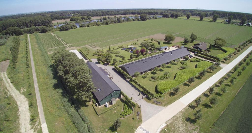 Een luchtfoto van Lodgerie Het Groene Geheim