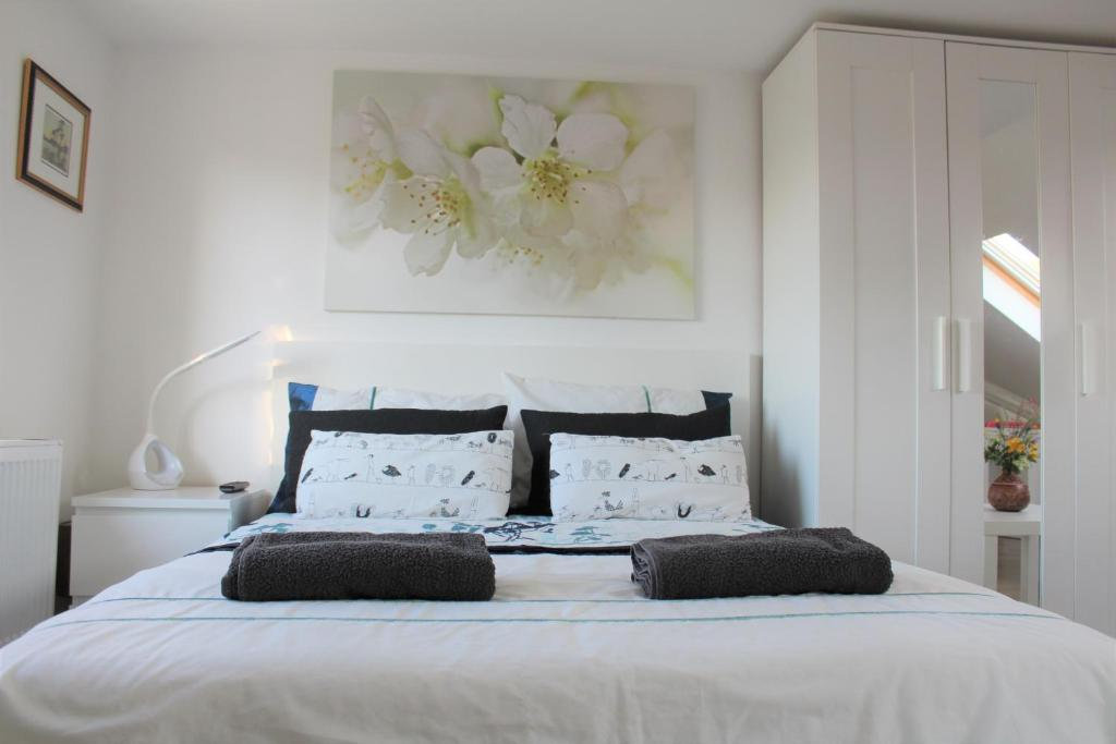A bed or beds in a room at Jing's Loft Converted Studio