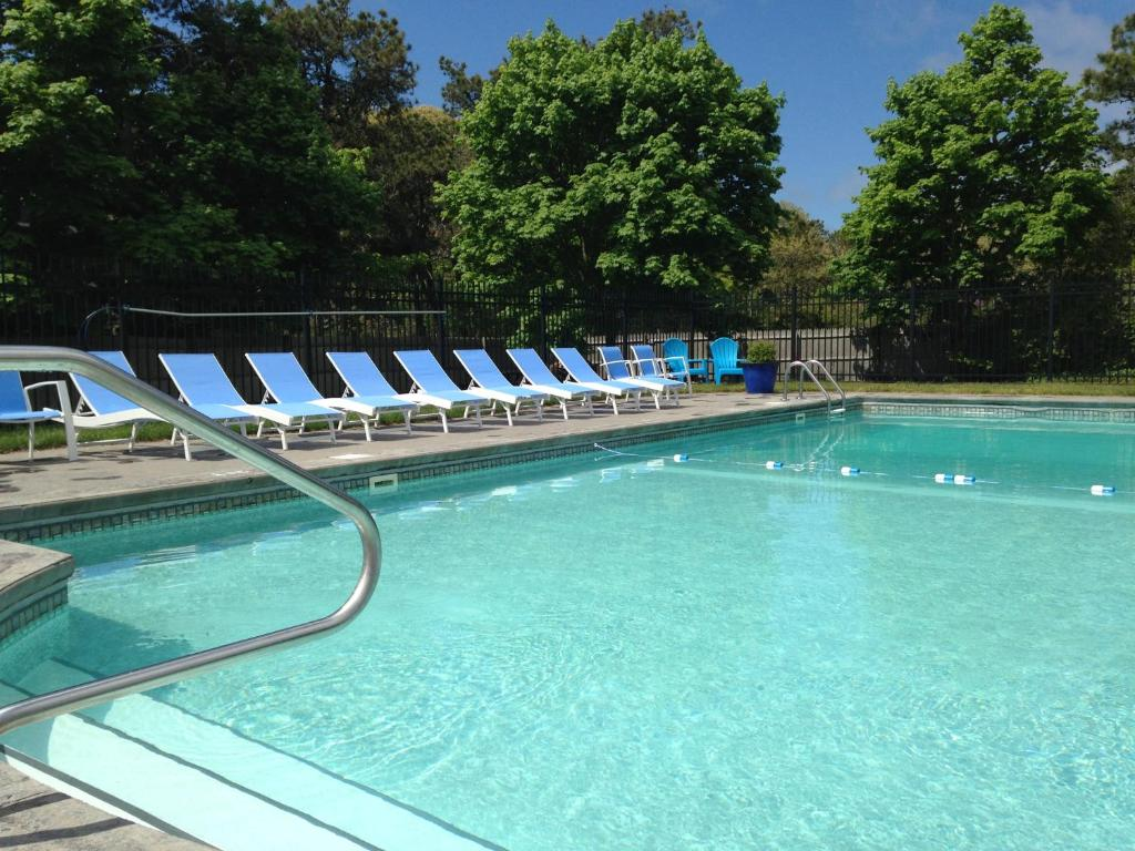 The swimming pool at or close to Chatham Seafarer Inn
