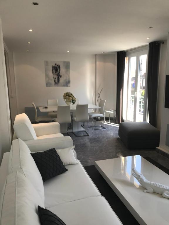 A seating area at LE COEUR DE DEAUVILLE - 2 PIECES DESIGN EN HYPERCENTRE DE DEAUVILLE