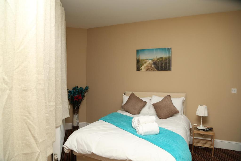 A bed or beds in a room at Birmingham Central Station Apartment (Flat 1)