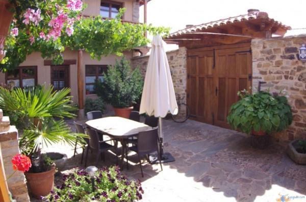 A porch or other outdoor area at Hotel Rural La Veleta