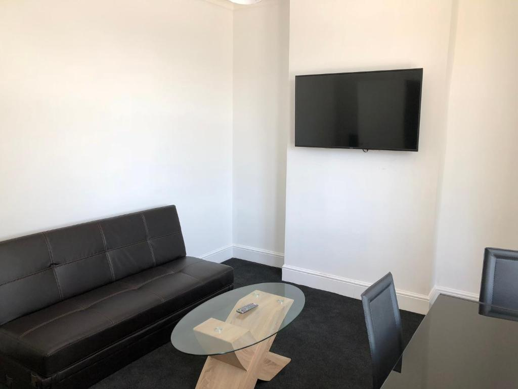 A seating area at Glasgow Airport Holiday Home