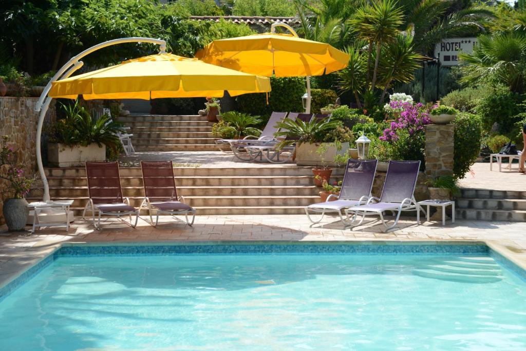 Der Swimmingpool an oder in der Nähe von L' Escapade Hôtel & Restaurant