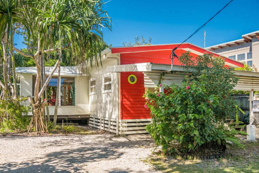 A SWEET ESCAPE - Beachcombers Cottage Beachfront