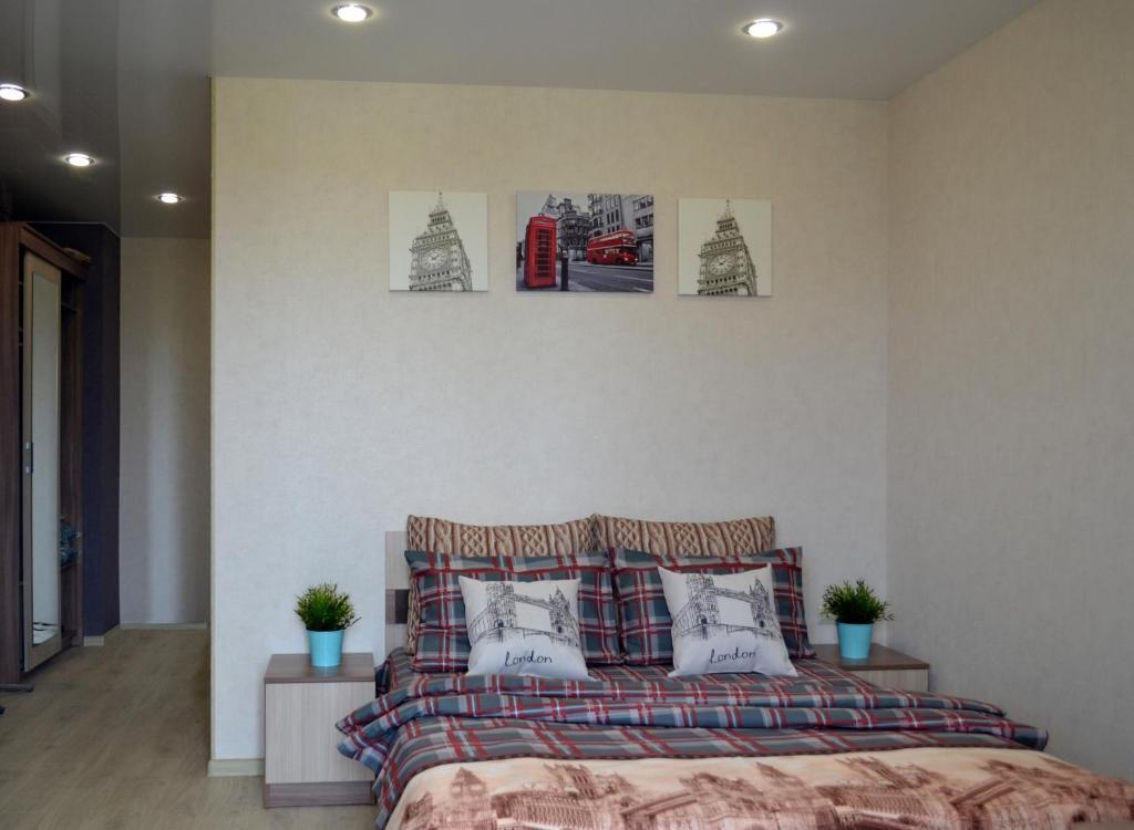 Кровать или кровати в номере Apartments 40 Let Pobedy 51V