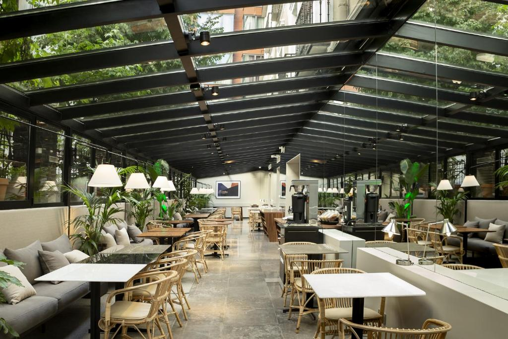 Un restaurante o sitio para comer en ICON Embassy by Petit Palace