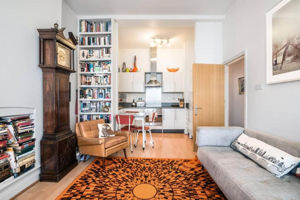 A seating area at Bright 1BR Home near Arsenal Stadium w/Balcony