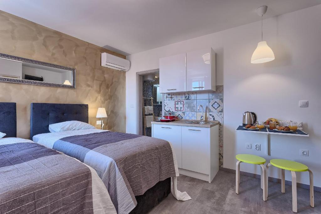 A kitchen or kitchenette at Luxury flats in city centre