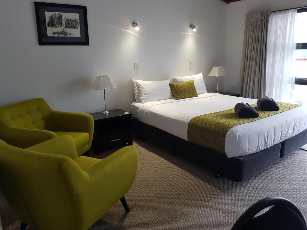 Een bed of bedden in een kamer bij Lake Matheson Motel