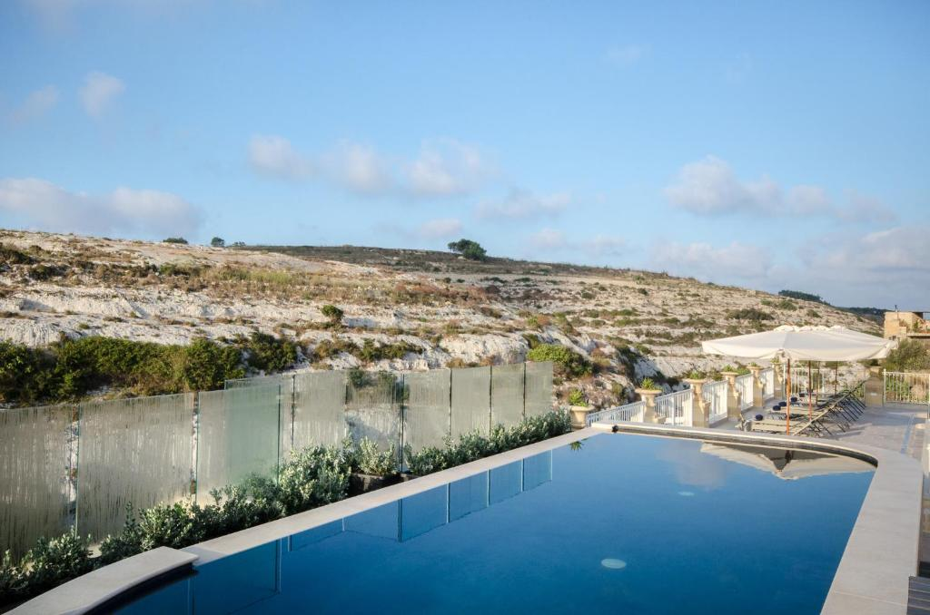 A piscina localizada em Cesca's Boutique Hotel ou nos arredores