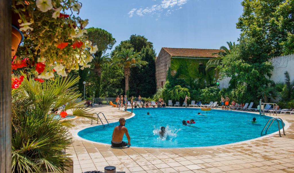 The swimming pool at or near Résidence Le Mas Blanc by Popinns