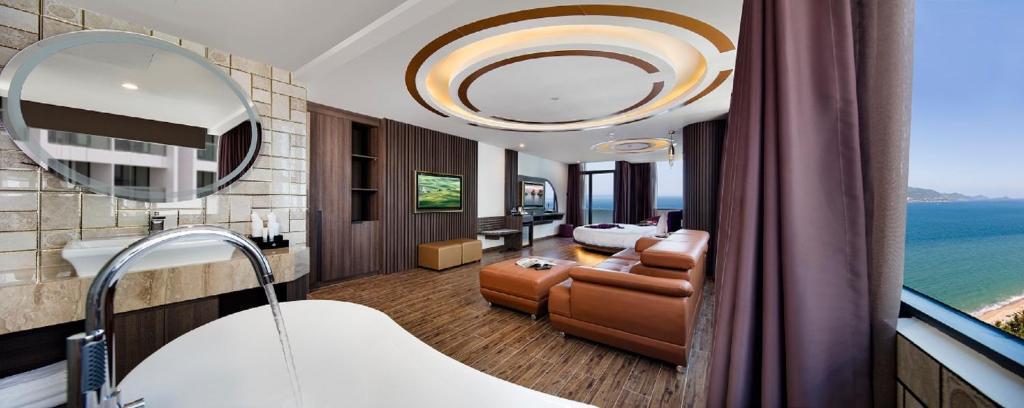 V Hotel Nha Trangにあるシーティングエリア