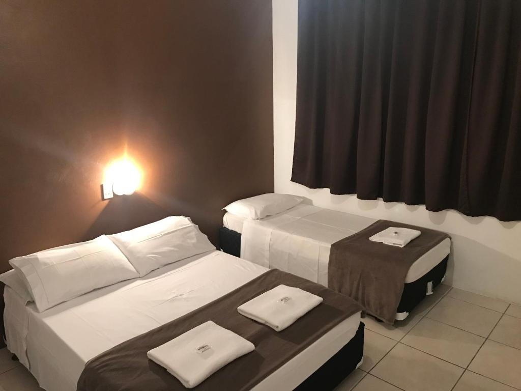 A bed or beds in a room at Hotel Guaporé