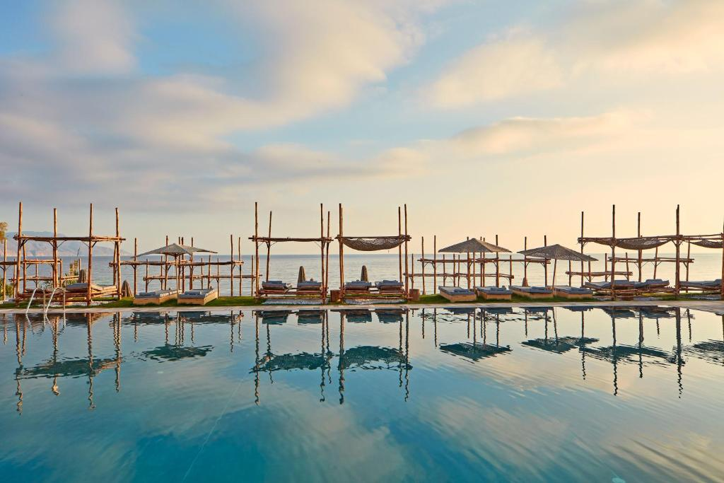 Basen w obiekcie La Mer Resort & Spa - Adults Only lub w pobliżu