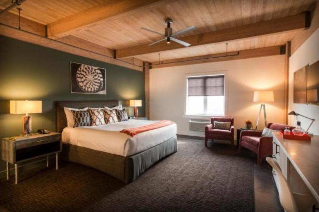 A bed or beds in a room at Harbor House Hotel and Marina