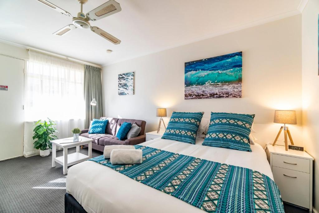 """A bed or beds in a room at """"Aqua Waves"""" Glenelg Central Studios"""