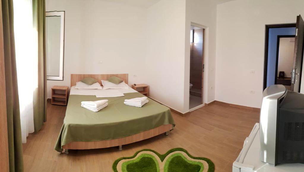 Un pat sau paturi într-o cameră la Casa Enka
