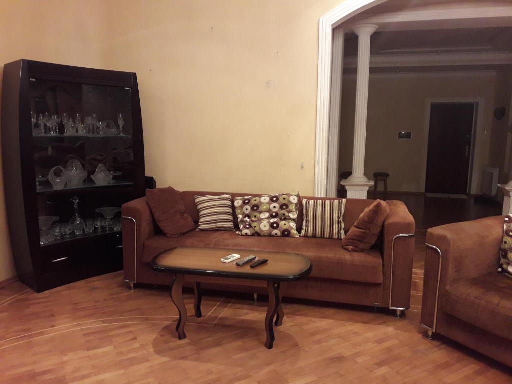 Uma área de estar em Baku Residence
