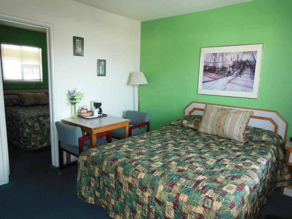 A bed or beds in a room at Kings Canyon Motel