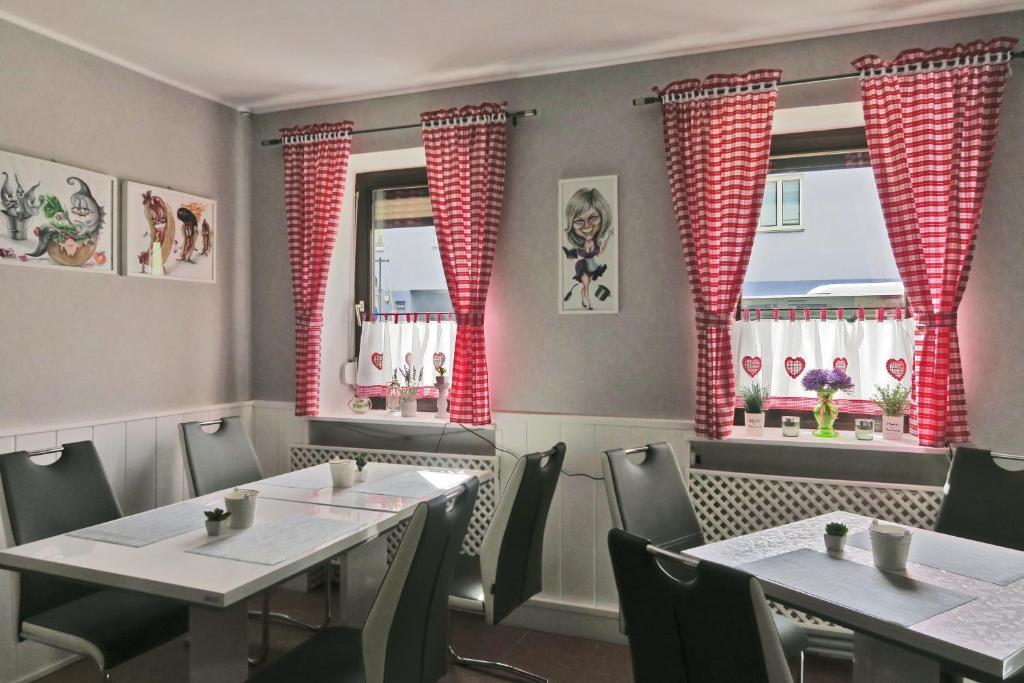 Ein Restaurant oder anderes Speiselokal in der Unterkunft Pension Lizzi