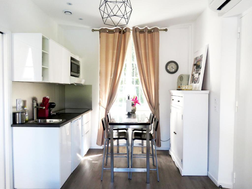 Кухня или мини-кухня в La petite Maison