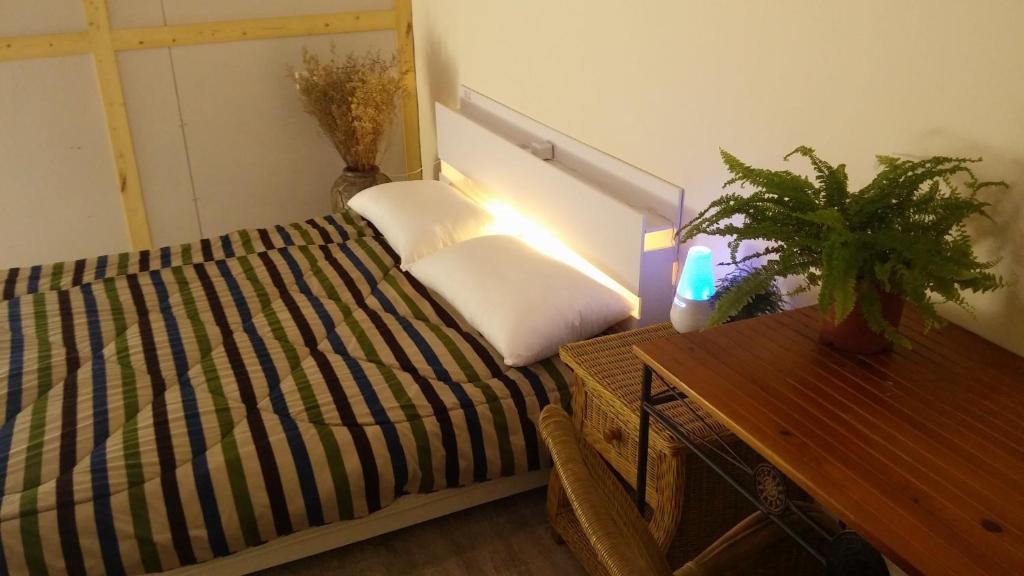 岸渡陳艙房間的床