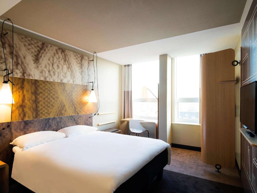 Een bed of bedden in een kamer bij Hotel ibis Den Haag City Centre