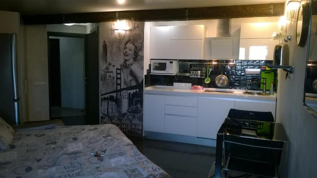 A kitchen or kitchenette at Apartment on Avrorovskaya 17