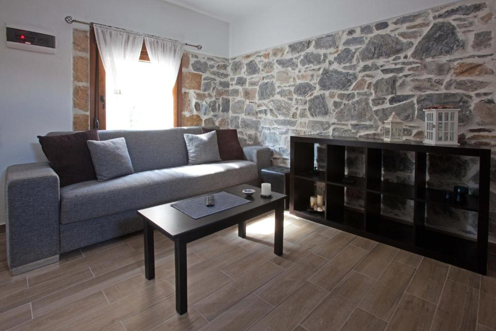 A seating area at Antoni's House Makri