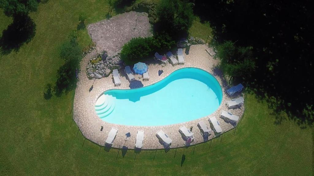 Vista sulla piscina di Agriturismo La Grotta Di Montecchino o su una piscina nei dintorni