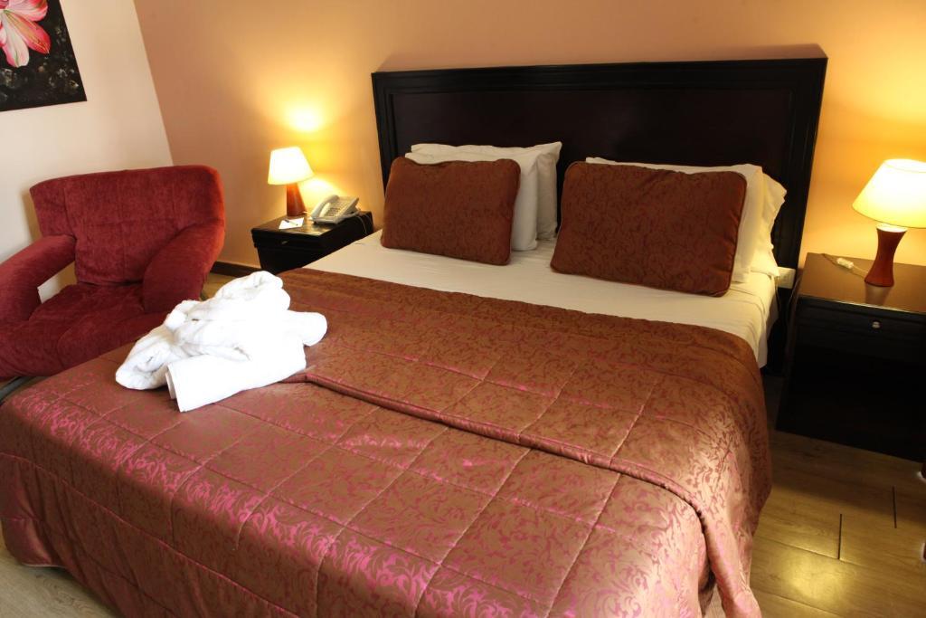 سرير أو أسرّة في غرفة في فندق موزارت