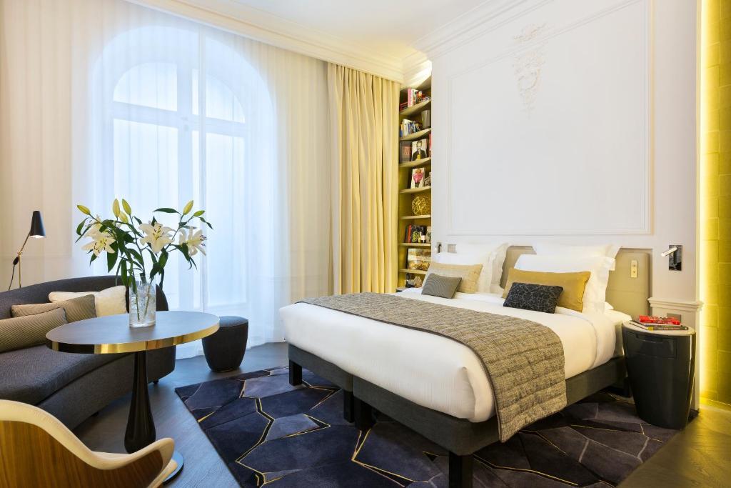 Cama ou camas em um quarto em La Clef Champs-Élysées Paris by The Crest Collection