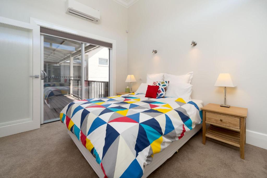 A bed or beds in a room at Waterstreet Apartment