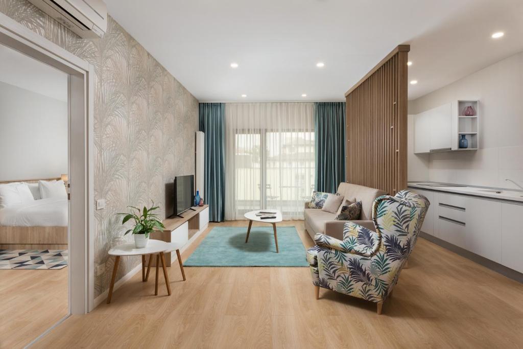 אזור ישיבה ב-Athina Suites Hotel