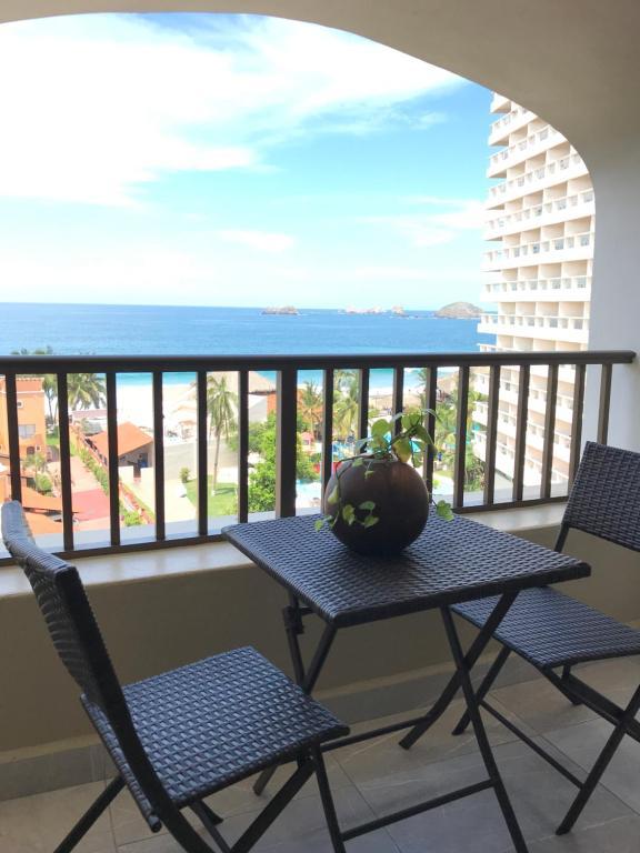 Un balcón o terraza de Departamento 523 con playa dentro de Hotel en Ixtapa