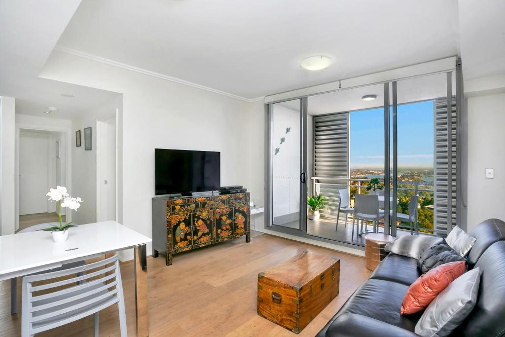 A seating area at Modern Spacious St Leonard's 2BR w/ Views SL001