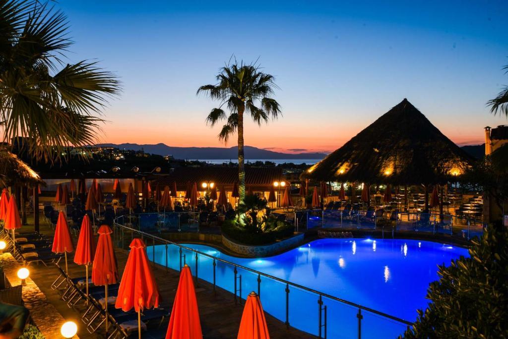 Der Swimmingpool an oder in der Nähe von Theo Hotel