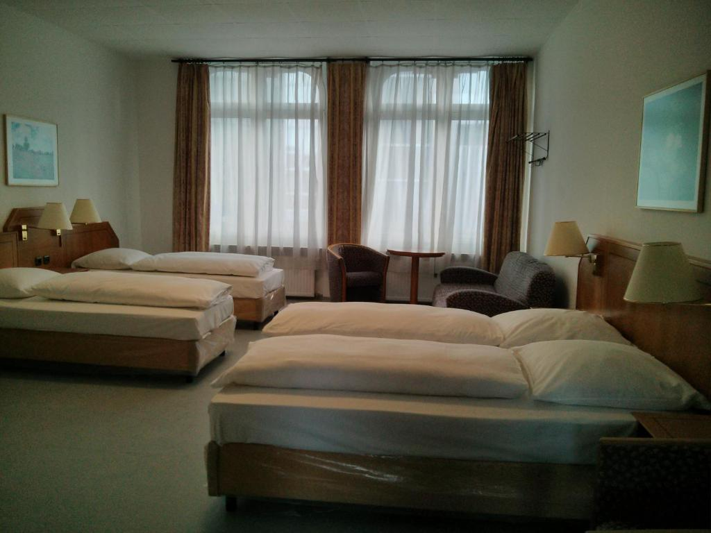 A bed or beds in a room at Willy Hotel Frankfurt