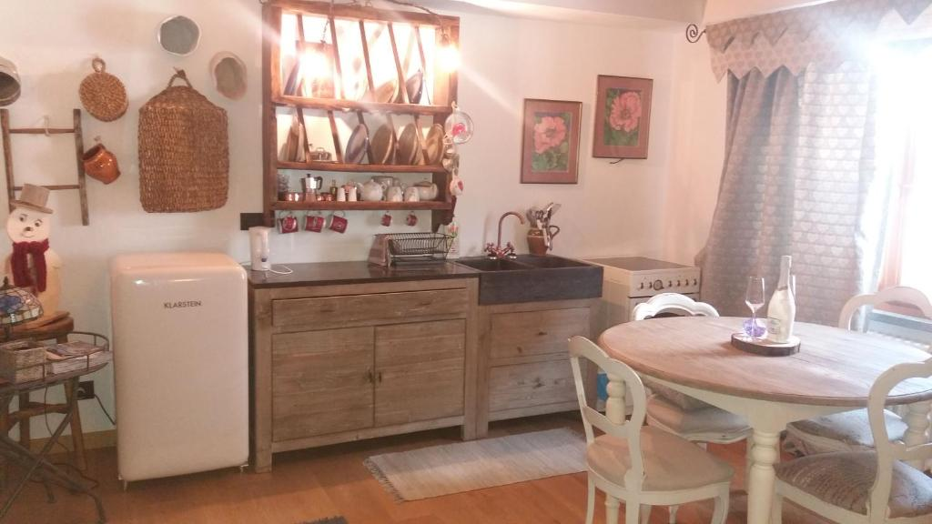 A kitchen or kitchenette at Deacons Lodge