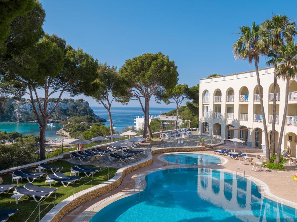Uitzicht op het zwembad bij Aparthotel Floramar of in de buurt