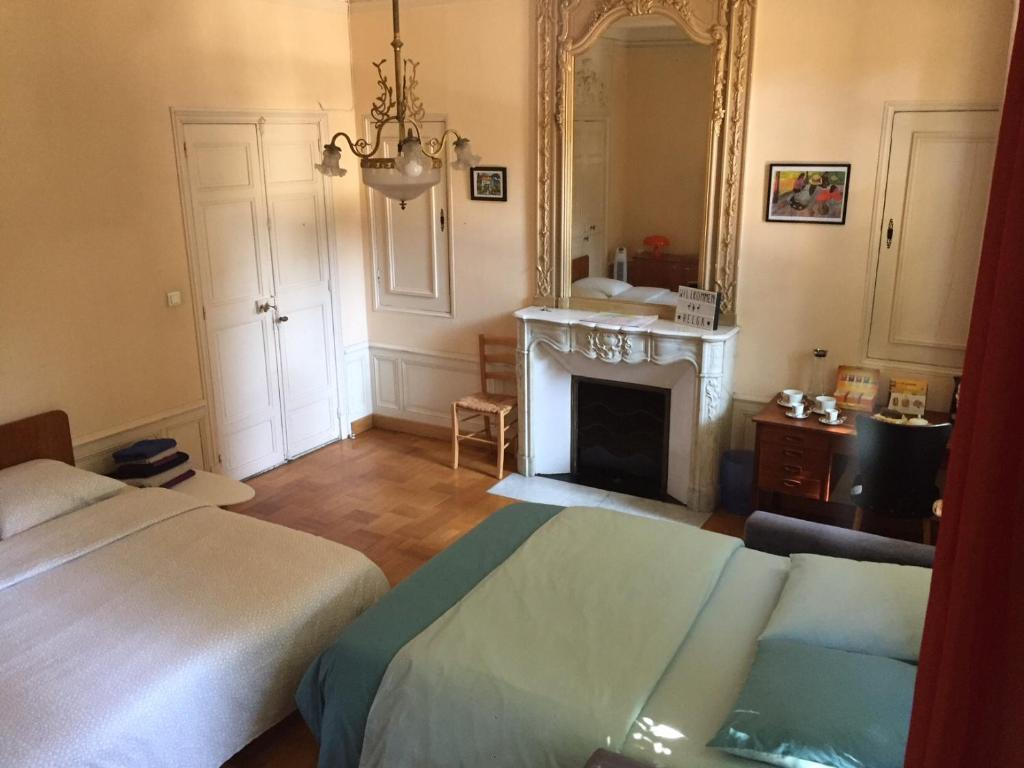 A bed or beds in a room at Dépendance provençale + garage
