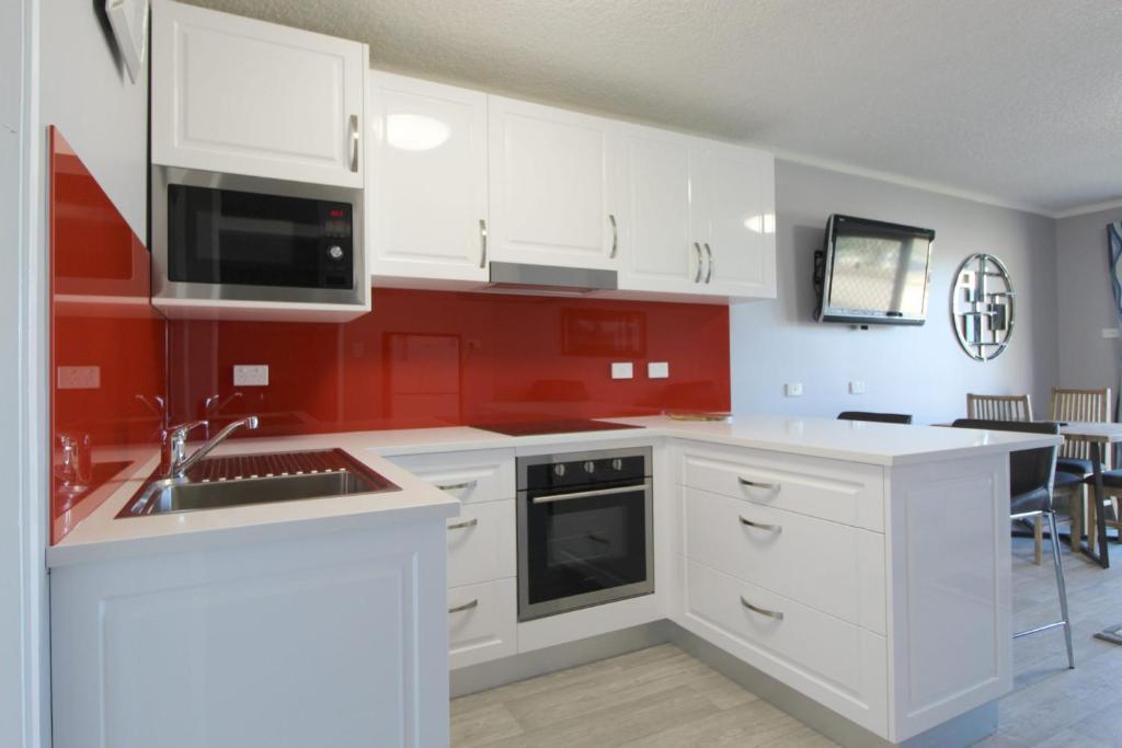 A kitchen or kitchenette at Beachfront 4, 25 Willow Street