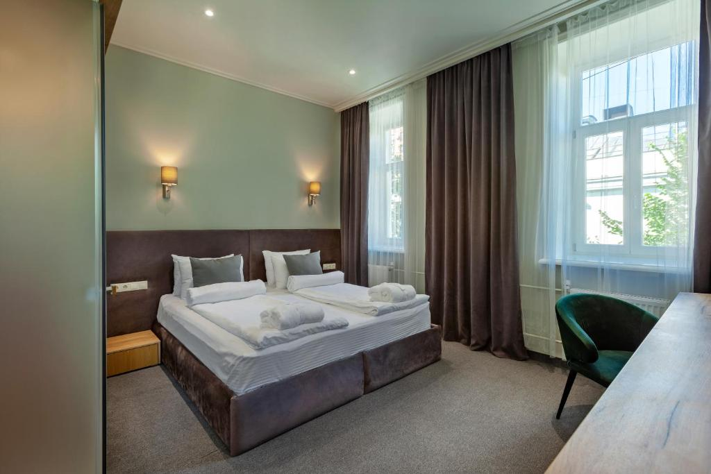 Кровать или кровати в номере Diplomat Residence
