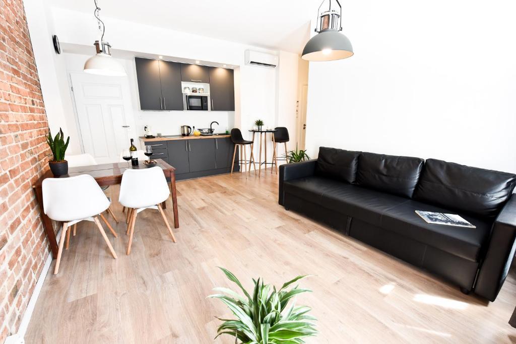 A seating area at Green Garden Apartment