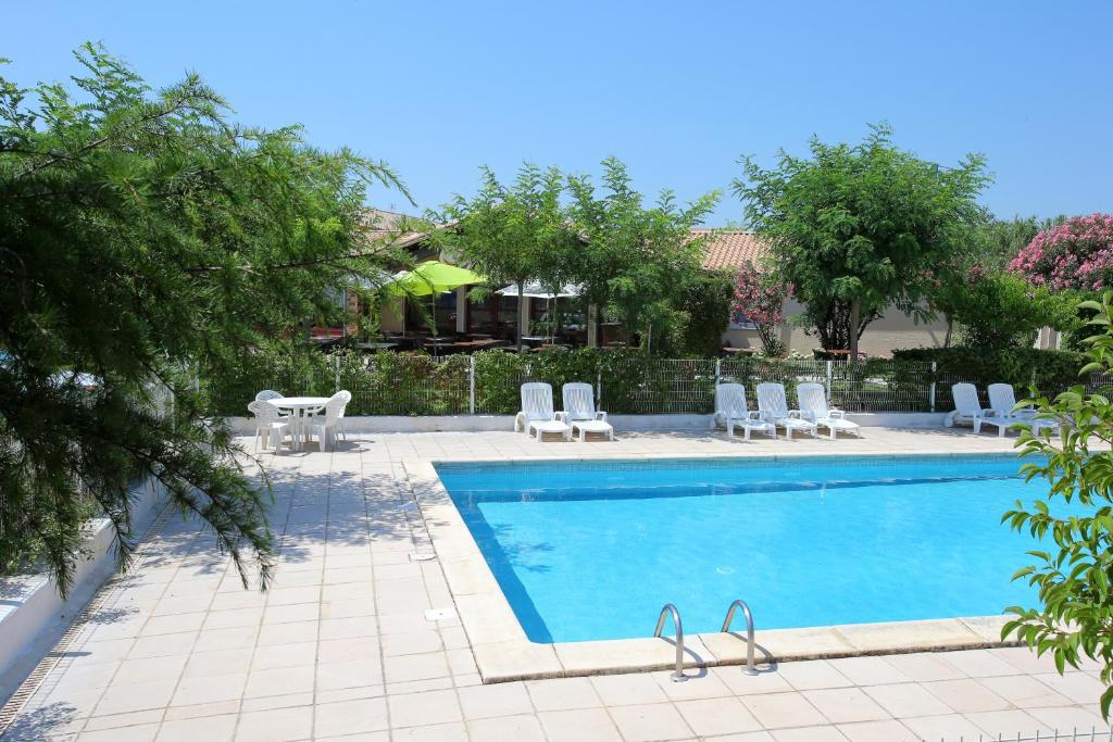 The swimming pool at or close to Hotel Le Pavillon Béziers